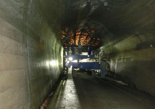 トンネル修繕工事の状況(手前は完成)の写真