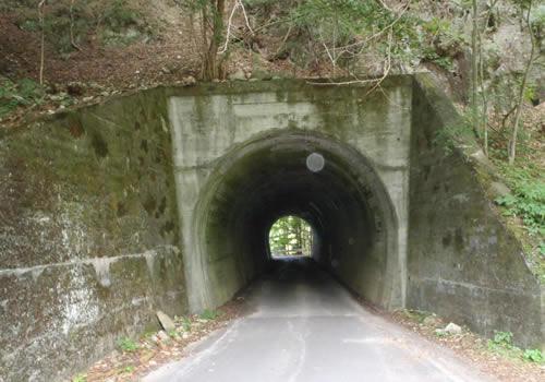 トンネル修繕工事前の状況の写真